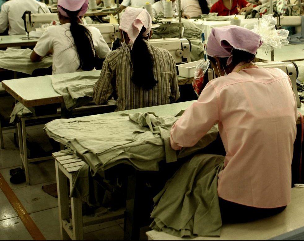 e travail forcé est répandu dans la production de textiles et de vêtements, ainsi que de nombreux autres biens de consommation.